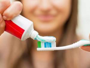 что означает красная полоска на зубной пасте