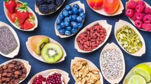 овощи и фрукты на тарелках